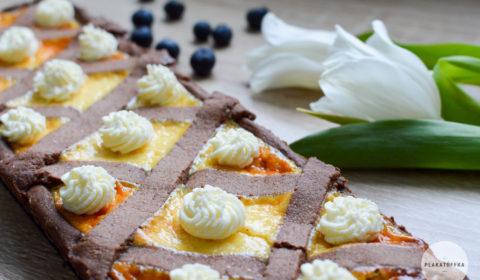 Kakaowa tarta w kratkę z jogurtem greckim i malinami